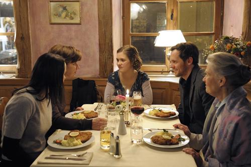Mit ihrer Schwester (Sophie Rogall, links), ihrer Mutter (Lena Stolze, zweite von links), einem Begleiter (Johannes Zirner) und ihrer Großmutter (Kerstin De Ahna) feiert Lea (Liv Lisa Fries, Mitte) ein letztes Mal.