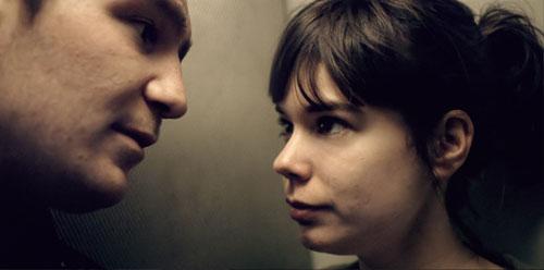 Sonne (Frederick Lau) setzt Victoria (Laia Costa) davon in Kenntnis, dass in deutschen Aufzügen für gewöhnlich nicht geredet wird.