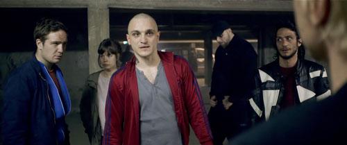 Sonne (Frederick Lau, links), Victoria (Laia Costa), Boxer (Franz Rogowski) und Blinker (Burak Yigit) haben keine Chance gegen den Gangsterboss - sie müssen den Banküberfall für ihn durchziehen.