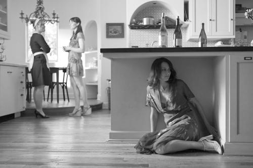 Beatrice (Amy Acker, rechts) traut ihren Ohren nicht: Benedikt soll in sie verliebt sein? Das behaupten zumindest Hero (Jillian Morgese) und ihre Zofe (Ashley Johnson, links).