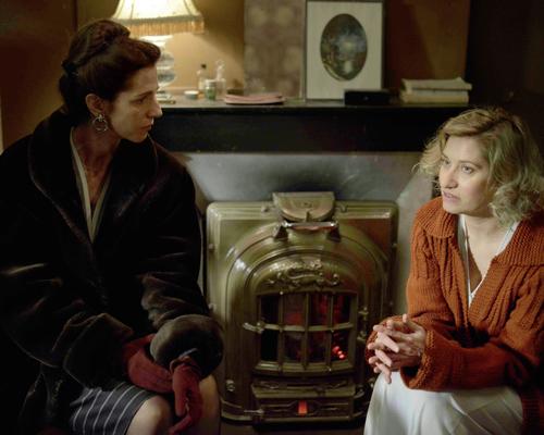 Simone de Beauvoir (Sandrine Kiberlain, links) bewundert Violette (Emmanuelle Devos), liebt sie jedoch nicht.