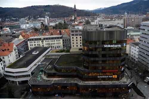 In die Jahre gekommen: Volksbank-Stammsitz an der Bismarckallee. Foto: Neithard Schleier