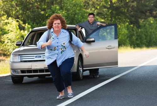 Diana (Melissa McCarthy) versucht zu türmen. Sandy (Jason Bateman) räumt ihr keine großen Chancen ein.