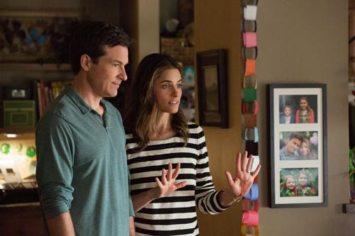 Die sonst kreuzbrave Trish (Amanda Peet) steht voll hinter Sandy (Jason Bateman).
