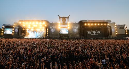 Die beiden großen Bühnen werden am Abend im Wechsel bespielt, um Umbaupausen zwischen den Bands zu vermeiden.