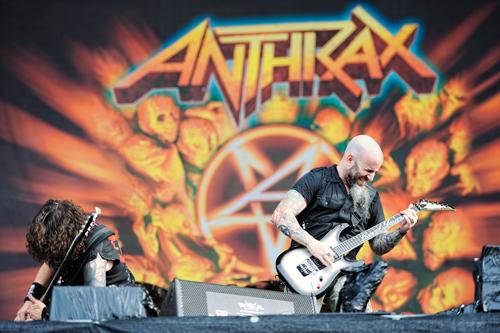 Anthrax-Gitarrist Ian Scott erzählt backstage, was ihm Wacken bedeutet. Hier ist er auf der Bühne und vergleicht sich mit Brad Pitt. Scott ist beste Unterhaltung!