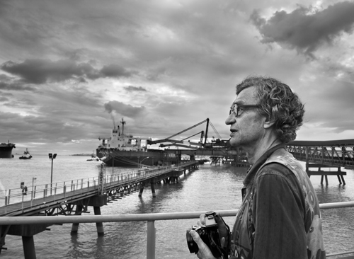 """Auch Wim Wenders fotografiert gern. Allerdings lieber Orte als Personen: """"Ich habe beim Filmemachen immer so viel Menschen vor der Kamera, dass ich beim Fotografieren ganz froh bin, den ganzen Raum den Orten geben zu können, die sonst immer in den Hintergrund gedrängt werden."""" © NFP / Sebastião Salgado / Amazonas Images"""