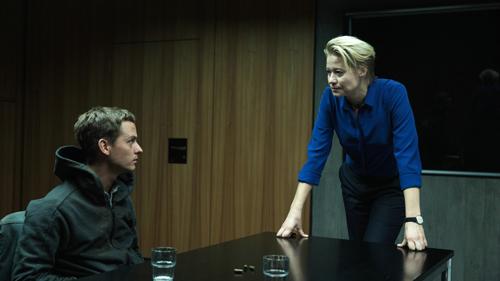 Die kühle Cybercrime-Spezialistin Hanne Lindberg (Trine Dyrholm) verhört Benjamin (Tom Schilling).