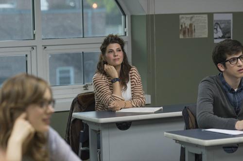 Wie die anderen Studenten auch kommt Holly Carpenter (Marisa Tomei) mit einem ziemlich autobiogaphisch geprägten Skript in Keiths Drehbuch-Kurs.
