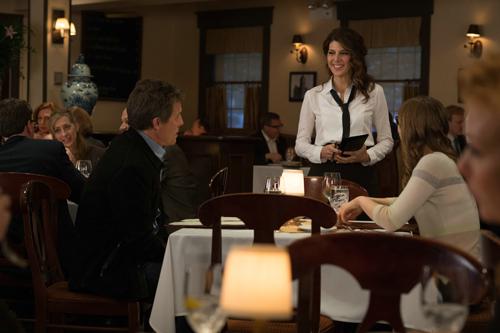 Blöde Situation für Holly Carpenter (Marisa Tomei): Sie muss die Bestellung für ihren Lehrer Keith Michaels (Hugh Grant) und seine studentische Geliebte Karen (Bella Heathcote, rechts) aufnehmen.