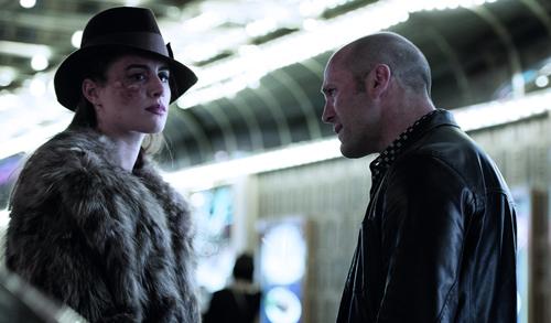 Die malträtierte Holly (Dominik García-Lorido) will sich mit Nicks (Jason Statham) Hilfe an ihren Peinigern rächen.