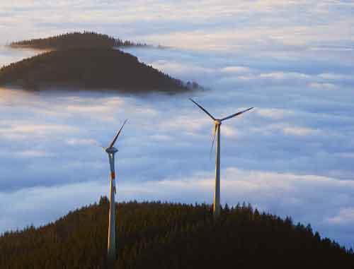 Über den Wolken: Windräder auf der Holzschlägermatte in Freiburg. Foto: Christoph Weiler