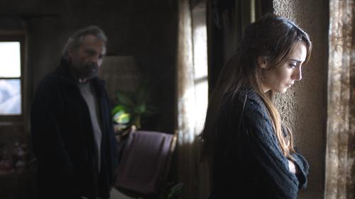 Nihal (Melisa Sözen) ist mit Aydin (Haluk Bilginer) schon lang nicht mehr glücklich.