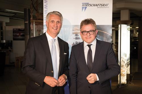 Sektionssprecher und Spitzenkandidat: Frank O. Bayer und Guido Wolf (r.) im Autohaus.