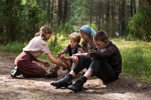 Die 14-jährige Christel (Helena Phil, links) und Hans (Levin Liam, rechts) kümmern sich so gut es geht um das noch jüngere Geschwisterpaar Karl (Willow Voges-Fernandes) und Asta (Vivien Ciskowska).
