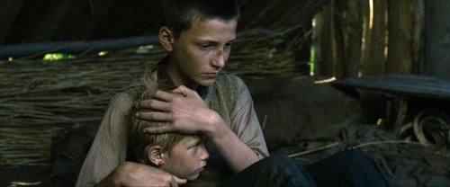 Hans (Levin Liam) tröstet den schwer traumatisierten Paul (Til-Niklas Theinert), der nicht einmal Schuhe besitzt.