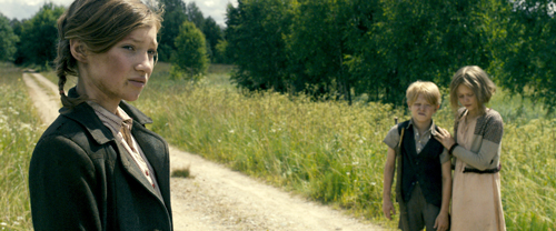Christel (Helena Phil, links) weiß, dass es gefährlich ist auf den Wegen zu gehen - der kleine Karl (Willow Voges-Fernandes) kann jedoch mit seinem verletzten Fuß nicht mehr besonders gut gehen.