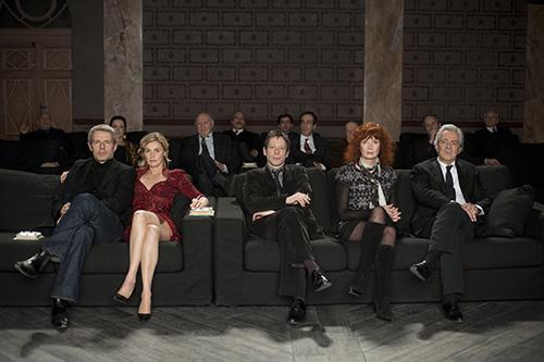 13 Schauspieler werden gebeten, sich eine neue Fassung eines Stücks anzusehen, in dem sie selbst einmal mitspielten.