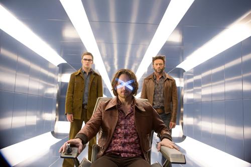 Mit Unterstützung durch Logan (Hugh Jackman, rehts) und Hank McCoy (Nicholas Hoult, links) wagt sich Xavier (James McAvoy) wieder an seine Fähigkeiten.