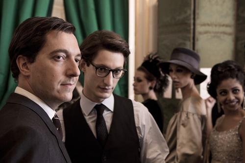 Pierre Bergé (Guillaume Gallienne, links) kümmert sich um das Geschäftliche und bekommt Yves Saint Laurent (Pierre Niney) immer fester in den Griff.