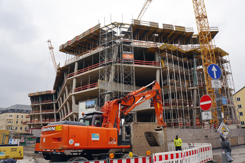 Nicht nur bei großen Baustellen wie hier beim Bau der neuen Universitätsbibliothek in Freiburg sind Nachträge während der Bauzeit keine Sicherheit.