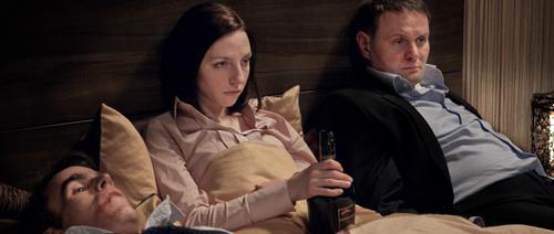 So richtig nach Plan läuft es nicht mehr bei Öllers (Devid Striesow, rechts) und seinen Kollegen Bianca (Katharina Schüttler) und Niederländer (Sebastian Blomberg). Alkohol hilft, vielleicht.