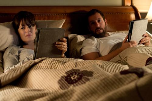eder an seinem Tablet: Auch im Bett haben sich Helen (Rosemarie DeWitt) und Dan (Adam Sandler) nicht mehr allzu viel zu sagen.