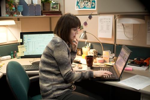 Die gelangweilte Helen (Rosemarie DeWitt) sucht im Internet nach sexueller Abwechslung.