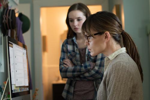 Patricia (Jennifer Garner, rechts) kontrolliert die Internetbesuche ihrer Tochter Brandy (Kaitlyn Dever) beinahe minütlich.