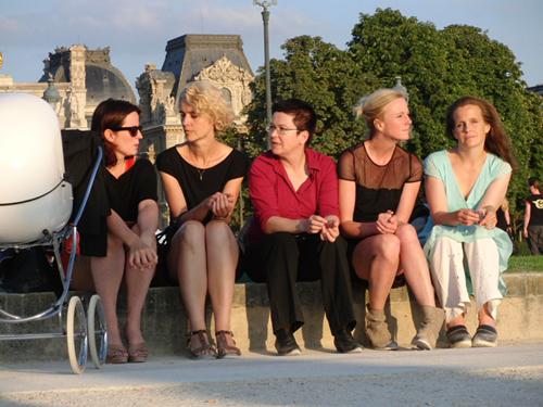 In Paris erinnern sich Claudia, Vera, Veruscha, Sabine und Claudi an alte Zeiten.