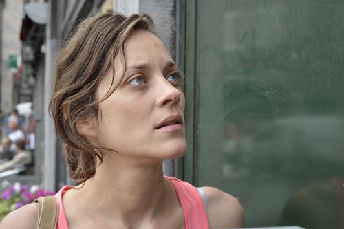 Sandra (Marion Cotillard) weiß nicht, welche Reaktion sie hinter der nächsten Tür erwartet.