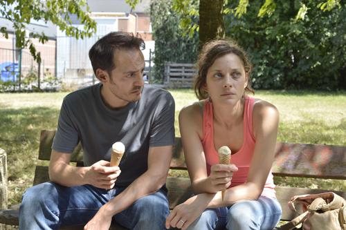 Manu (Fabrizio Rongione) motiviert Sandra (Marion Cotillard) immer wieder weiterzumachen.