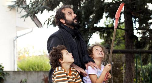Ahmad (Ali Mosaffa) versteht sich gut mit Maries Tochter Léa (Jeanne Jestin) und bald auch mit Samirs Sohn Fouad (Elyes Aguis).