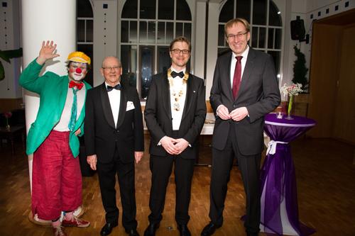Gruppenbild mit Clown: Macke, Gründungsmitglied Friedemann Schön, Präsident Gregor von Lieven und Baubürgermeister Martin Haag. Bild: RT 25