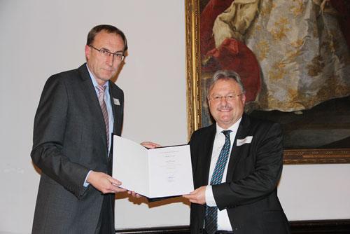 Zeichen der Anerkennung: Martin Haag (l.) und Wolfgang Schwehr