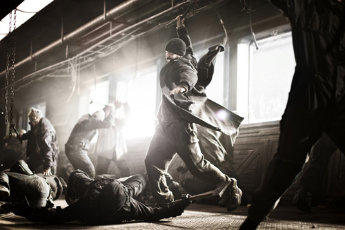 Brutale Szenen dienen bei Regisseur Bong Joon-ho nie dem Selbstzweck: Auch Revolutionsführer Curtis (Chris Evans) ist durchaus zu großer menschlicher Grausamkeit fähig.