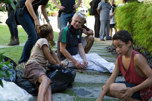 Regisseur Stephen Daldry (hinten) darf mit seinen kindlichen Darstellern Gabriel Weinstein (vorn links) als Rato und Rickson Tevez (vorn rechts) als Raphael sehr zufrieden sein.